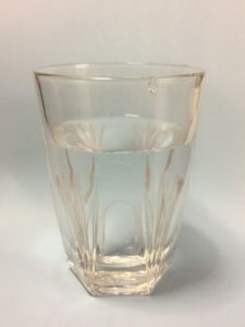 コップに水を用意する